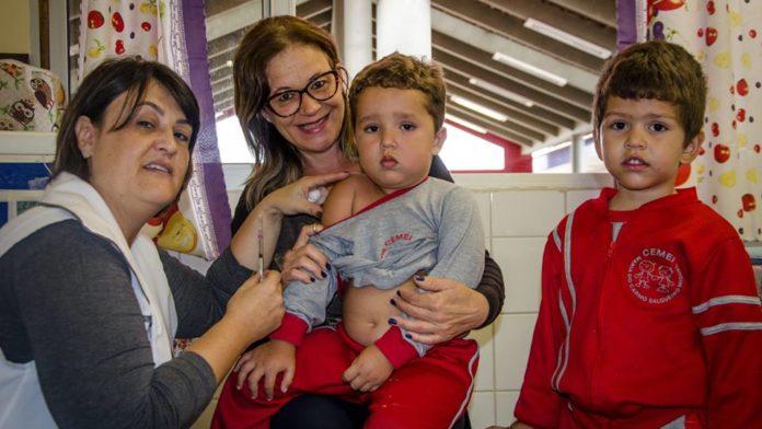 Crianças recebem vacina contra gripe