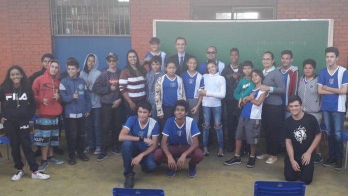 Rafael Silva e alunos do Guerino