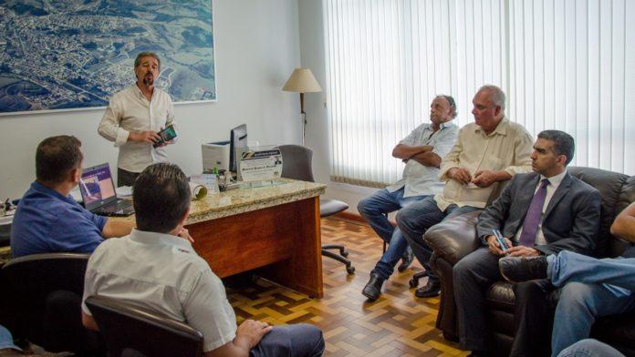 Prefeito Maurício fala com os participantes