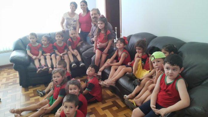 Prefeito Maurício ao lado das crianças