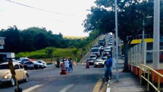 Fila de carros na entrada de Ouro Fino