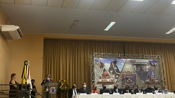 Maurício Lemes de Carvalho discursa durante posse dos candidatos eleitos