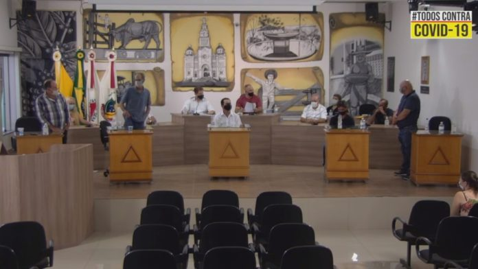 Em pé: Vereadores que votaram a favor do aumento salarial