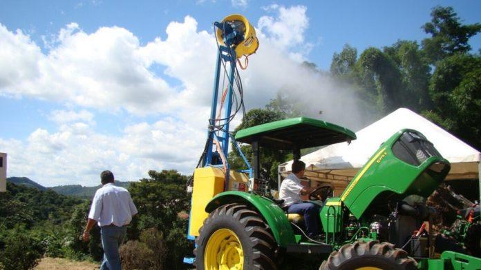 Agricultores devem ficar atentos para evitar acidentes com a rede elétrica durante a operação de máquinas agrícolas